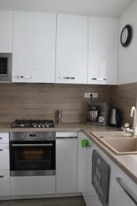 kuchyna biely lesk s drevom